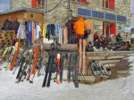 Devant la cabane, séchage de peaux, des skis, ...