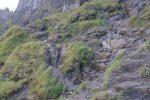 Les choses sérieuses commencent : le chemin commence à être dans la roche, dans un versant N donc humide. Des chaines sont présentes.