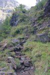 Le chemin poursuit dans des passages rocheux.