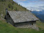 L'exterieur de la cabane, avec le toit en ardoises, est très joli