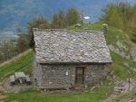 La petite cabane de Prabé, sa croix et sa table d'orientation
