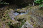 L'eau creuse dans le rocher