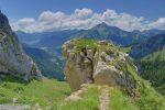 Vue arrière car j'ai bien aimé ce rocher. Le Mont de Grange au fond.