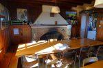 La salle à manger et sa belle cheminée