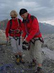 On s'équipe pour traverser le glacier. Il est possible de monter vers la Quille du Diable pour revenir vers l'Oldenhorn, cela fait un détour mais évite de s'équiper