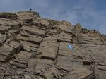 Un passage à travers la roche, aidé par un cable. Valdine en guetteuse