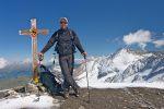 Je suis au sommet, avec une croix ciselée par la neige. Le Wildhorn au fond.