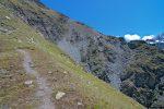 Le sentier monte fort pour passer au-dessus de cette barre rocheuse