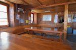 L'intérieur de la cabane et son petit réfectoire
