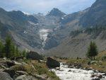 La suite du chemin se fait sur le haut de la moraine (à droite des arbres) puis à droite du glacier (rive gauche)
