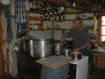 Pius, le gardien à la cuisine
