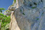 Je me suis fait avoir (continué tout droit !), la flèche est peu visible, il faut monter par du rocher patiné.