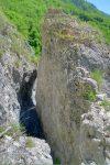 Je ne sais pas si on peut éviter ce passage entre deux rochers, mais il est un peu technique.