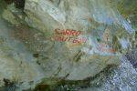 Rocher avec les inscriptions. On file à droite pour Sarrot (ils ont oubli le T final) - Saut Gonet