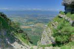 Vue vers la plaine du Rhône et le Jura depuis le milieu de la Gorge de la Grande Varappe.