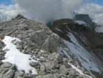 Le sommet du Pt2781. On voit la suite du chemin, à droite dans la neige