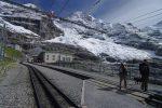 Et on traverse les rails pour rejoindre le restaurant d'Eiggergletscher, dure la vie de randonneurs !