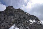 Après les vires, le chemin devient plus large, je monte au mieux dans ce rocher friable