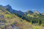 Fin de la forêt, pour un chemin agréable en devers doux. A droite l'arête effilée du Roc de la Tournette.