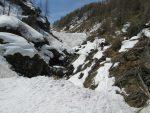 Christian a déchaussé pour passer ce passage, mais avec une neige transformée, il s'enfonçait ! De mon coté j'ai gardé mes skis et ça passait tout juste.