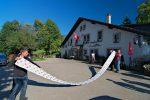 On passe de la solitude à la foule. Le restaurant des Roches de Moron (1076m) dont la carte des glaces fait fureur (12m de long, record Suisse il parait) !