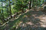Un panneau indique Belvédère du CAS, le plus beau point de vue sur le lac de Moron. Vue arrière