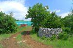 Un mur de pierres sèches et entrepôt agricole