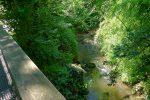 Derrière ce refuge, un pont qui permet de voir à nouveau le Boiron