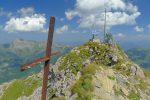 La croix rouillée et les installations radios des secours en montagne