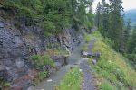A la sortie du tunnel, on croise le bisse de Sion, mais je continue par le tunnel. Il est possible de suivre ce bisse, puis un chemin aérien.