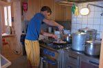 L'aide gardien en train de préparer le repas.