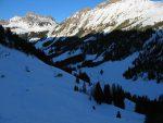Puis on redescend vers La Molaire. Deux des skieurs vont choisir une descente directe vers le fond du vallon, de mon coté je reprends le chemin de la montée