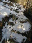 On arrive au niveau des chaines, j'enlève les raquettes, plus assez de neige. Cela me vaut une gamelle d'ailleurs, sur un rocher glissant ! Vue arrière
