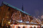 Le marché de Noël débute à côté de l'église des Dominicains. Il pleuvait un peu, des gouttes d'eau produisent donc des reflets sur l'objectif