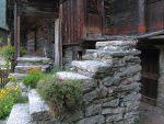 Les escaliers en pierres sont nombreux