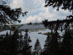 La vue est bouchée par les arbres mais une trouée me permet de zoomer sur le Chalet du Mont-Tendre
