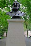 Plusieurs statues sont dans le parc