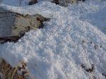 Il a neigé dans la nuit avec une neige sous forme de neige en grains