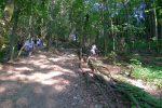 A gauche le chemin officiel avec ses marches, à droite le raccourci pentu