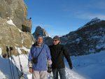 Deux skieurs heureux, surveillé par un choccard