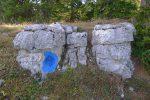 On pourrait suivre la route, mais je file en hors piste et découvre plusieurs rochers avec ces cercles bleus, sous le Pt1547