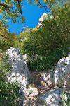 On passe à travers les rochers