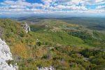 Le chemin montant par le Rocher de la Montre débouche ici. Au centre se trouve notre point de départ