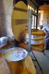 Le petit lait, acide, encore chaud, participe au nettoyage des linges