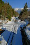 Un pont enjambe le rail pour rejoindre Les Marecottes, ce n'est pas notre chemin, mais c'est joli
