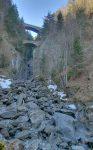 Vue sur les gorges du Triège, le pont routier en haut celui du train.