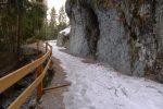 Un passage taillé dans la roche