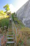 On quitte la route pour passer sous ces échelles dont l'accès nous est interdit par une barrière (dommage !)