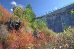 Les couleurs d'automne sont éclatantes. Le chemin monte bien en zigzag.