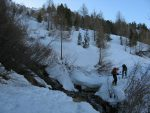 On déchausse pour traverser la rivière au niveau de Plan di Arjes, 2015m